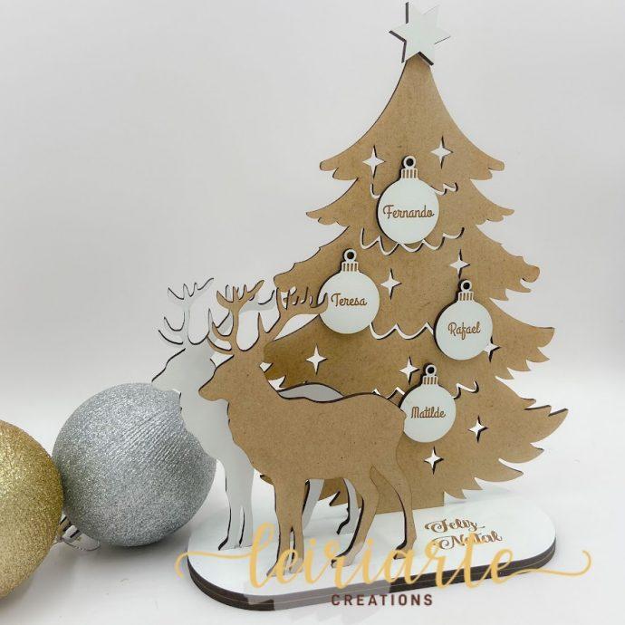 Árvore de natal com renas e bolas personalizadas